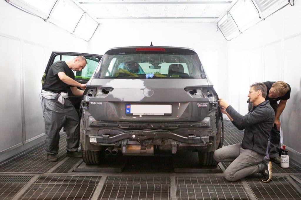 Bilmekaniker som fikser bil